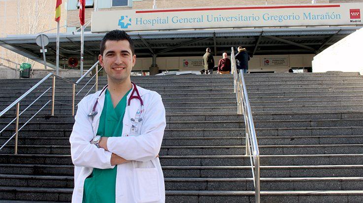 Médico frente a hospital