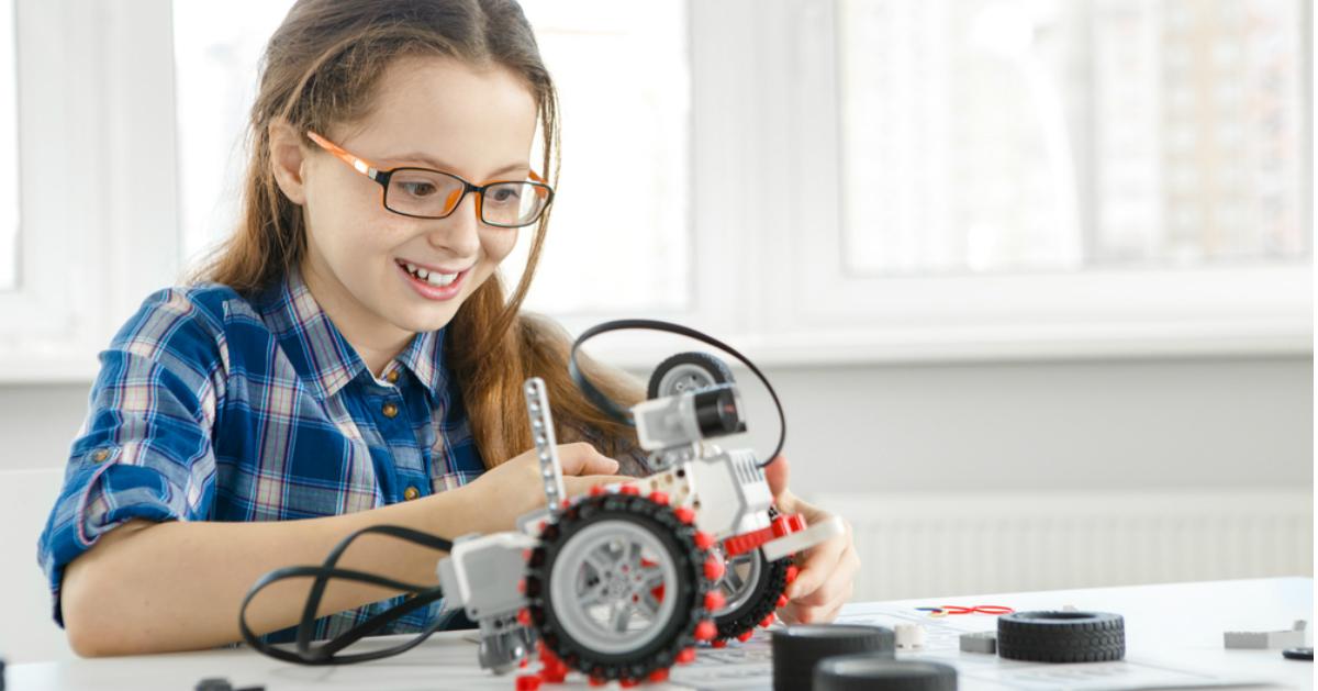 niña armando un robot