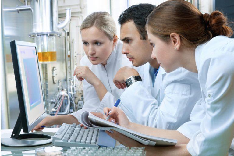 medicos analizando resultados