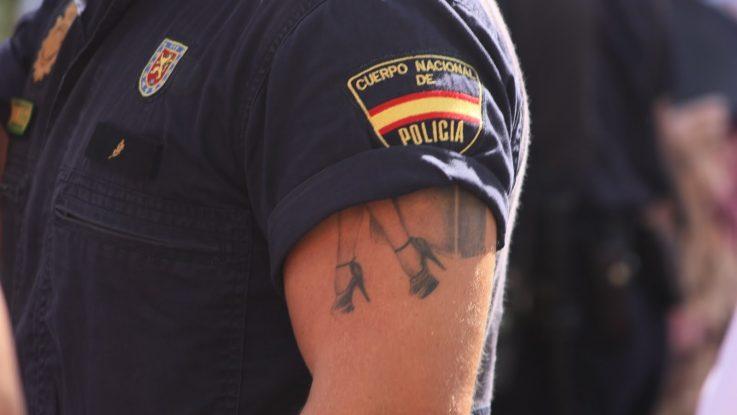 Policía con tatuajes