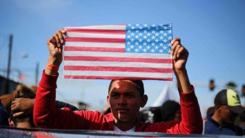 Solicitante de asilo con bandera de Estados Unidos