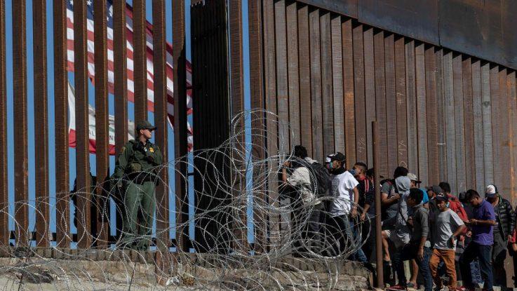 personas buscando asilo en frontera