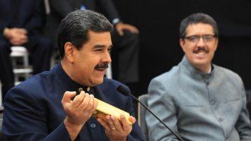 Lingote de Oro en mano de Maduro