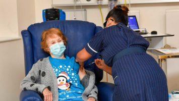 Primera mujer en vacunarse contra el Covid-19 en Inglaterra