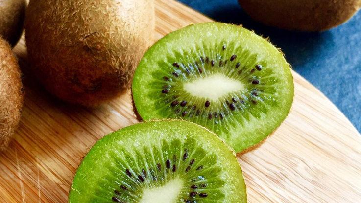 kiwi y las frutas refrescantes del verano